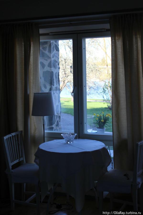 В номере. Из окна вид на сад и крепость.