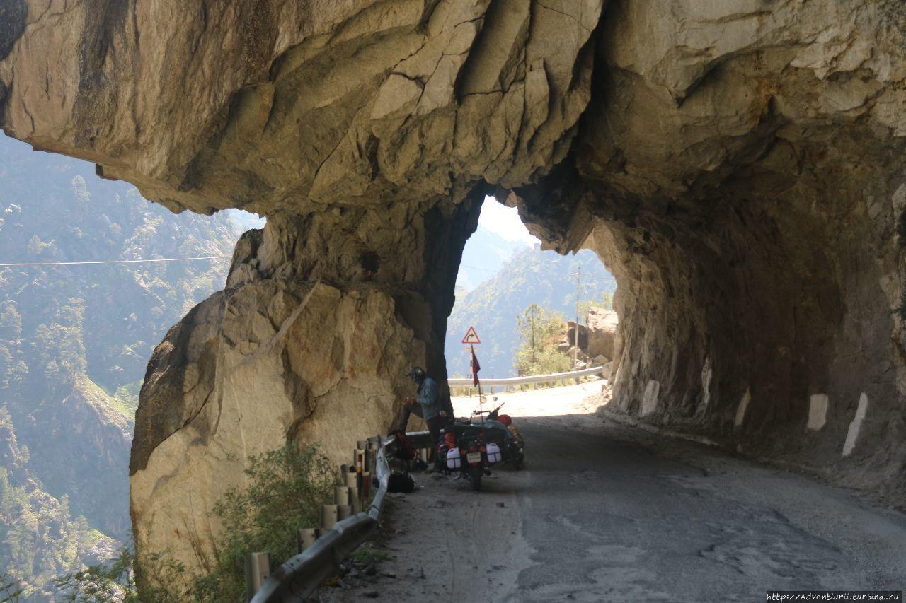 Лех-Манальское шоссе.Одна из самых красивых и опасных дорог. Манали, Индия