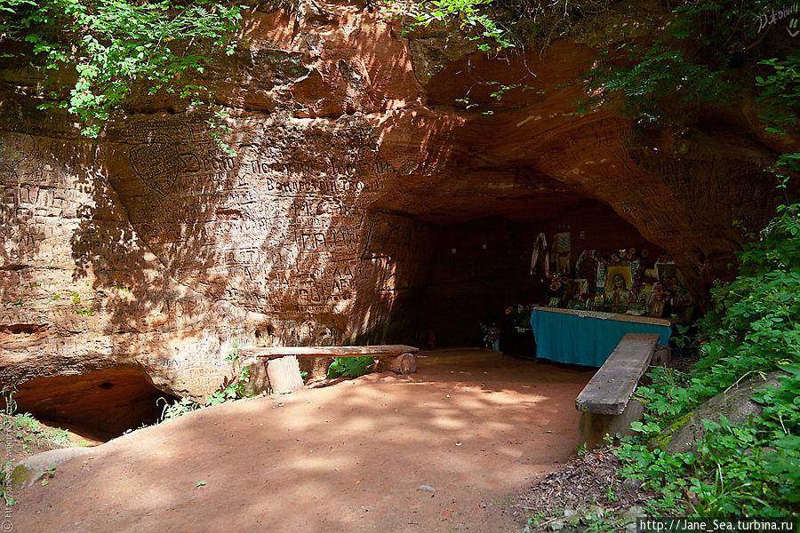 Пещера и алтарь внутри