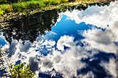 Отражение облаков во внутреннем озере острова