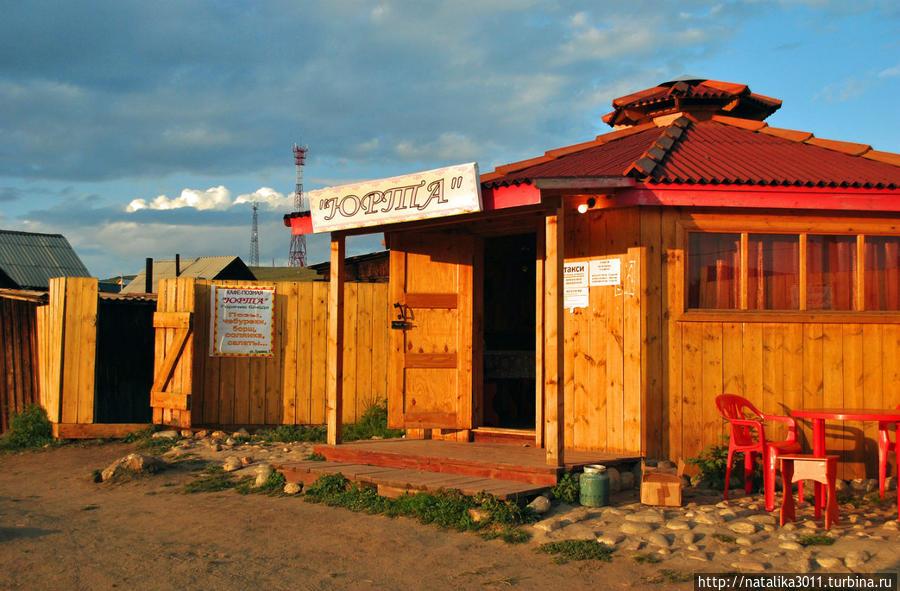 Кафе Юрта, мне больше всего понравилось. Тут нормальные цены и хорошая еда. Можно заказать позы, борщ, солянка и др. Супы здесь были очень хорошие.