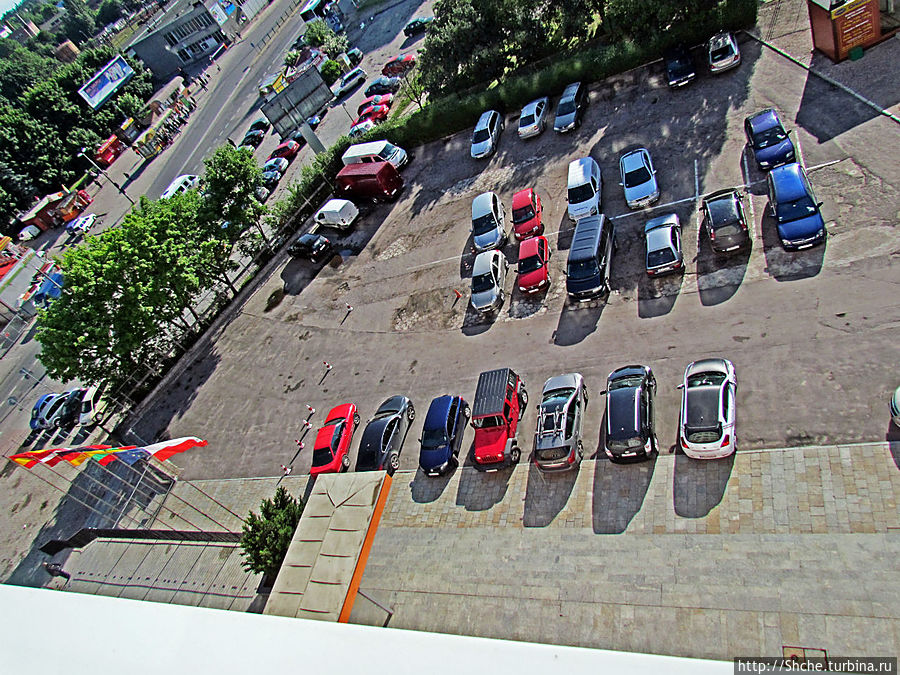 сперва проверил, на месте ли машина — парковка перед входом