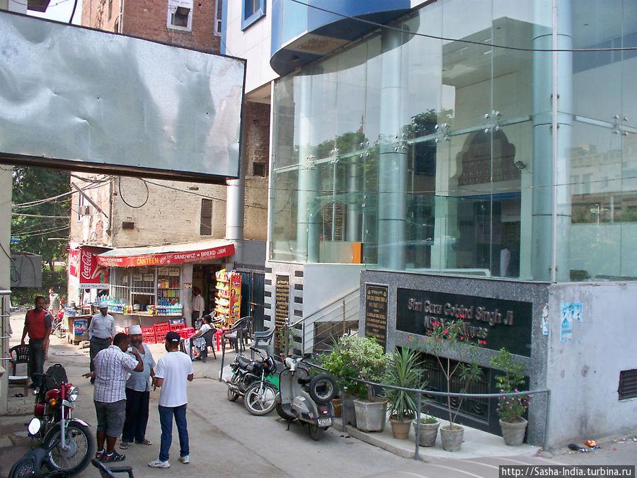 Вид на N.R.I. Yatri Niwas с улицы