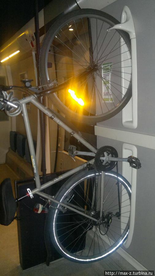 вот так перевозят велосипеды во французских поездах — очень удобно и место экономит