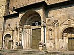 Собор просто огромный, на входе великолепно выполненные статуи святых; а выше простая стена.