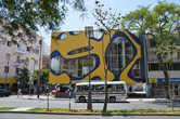 Цветное здание на бульваре в Лиме