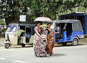 На улицах Анурадхапуры. В женской одежде – полная демократия независимо от возраста. Кто одет в сари...