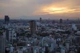 Вид с телебашни на закат над Фудзиямой