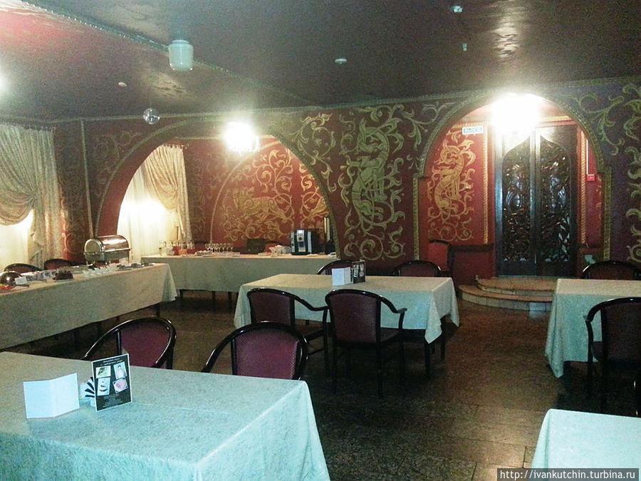 Завтрак, в большом зале ресторана