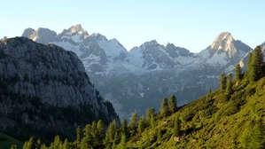 Склоны гор, которые я оставляю позади себя, все красивее.