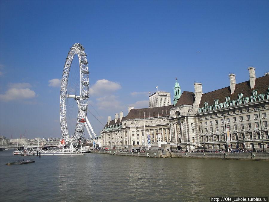 В здании справа находится аквариум. Рядом Лондонский Глаз — очень удобно спланировать посещение, если купить комбинированный билет в Аквариум, и на колесо обозрения — вся рядом. Даже покушать не проблема — Макдональдс тоже в этом здании )