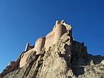 Крепость взметнулась на самой вершине горы и кажется совершенно неприступной.