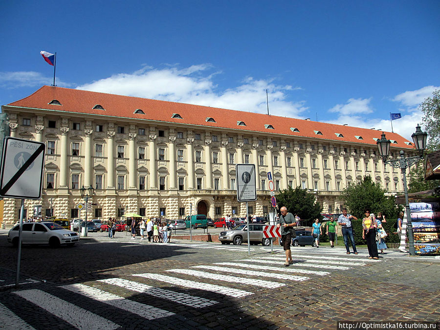 Чернинский дворец (длина фасада 150 метров)