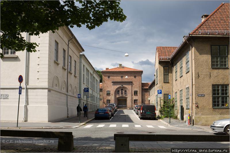15. Стоя на площади, видим в растворе улицы старинное здание. Не пойти ли к нему? Непременно пойдём, но сначала посмотрим на то, что ближе.