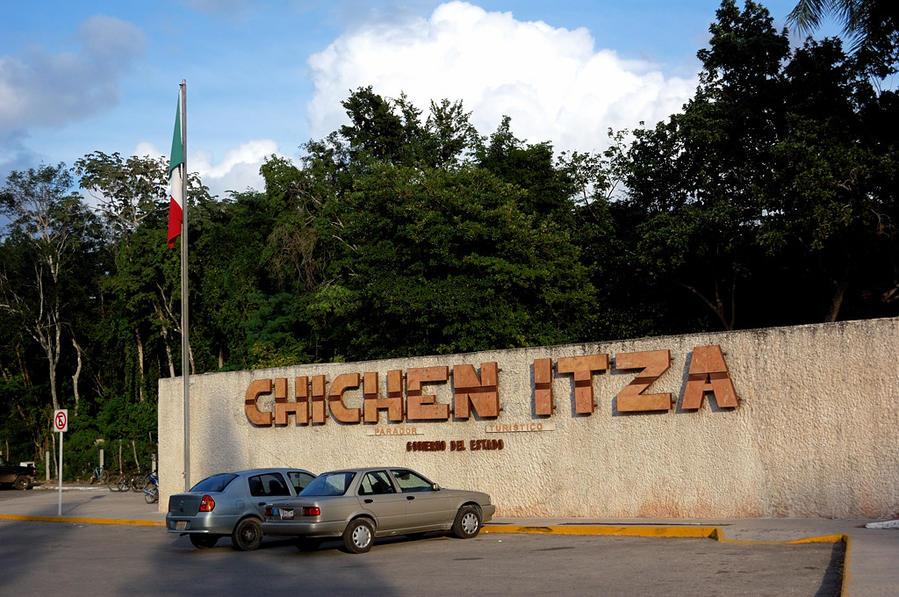 Чичен-Ица. У главного входа Чичен-Ица город майя, Мексика