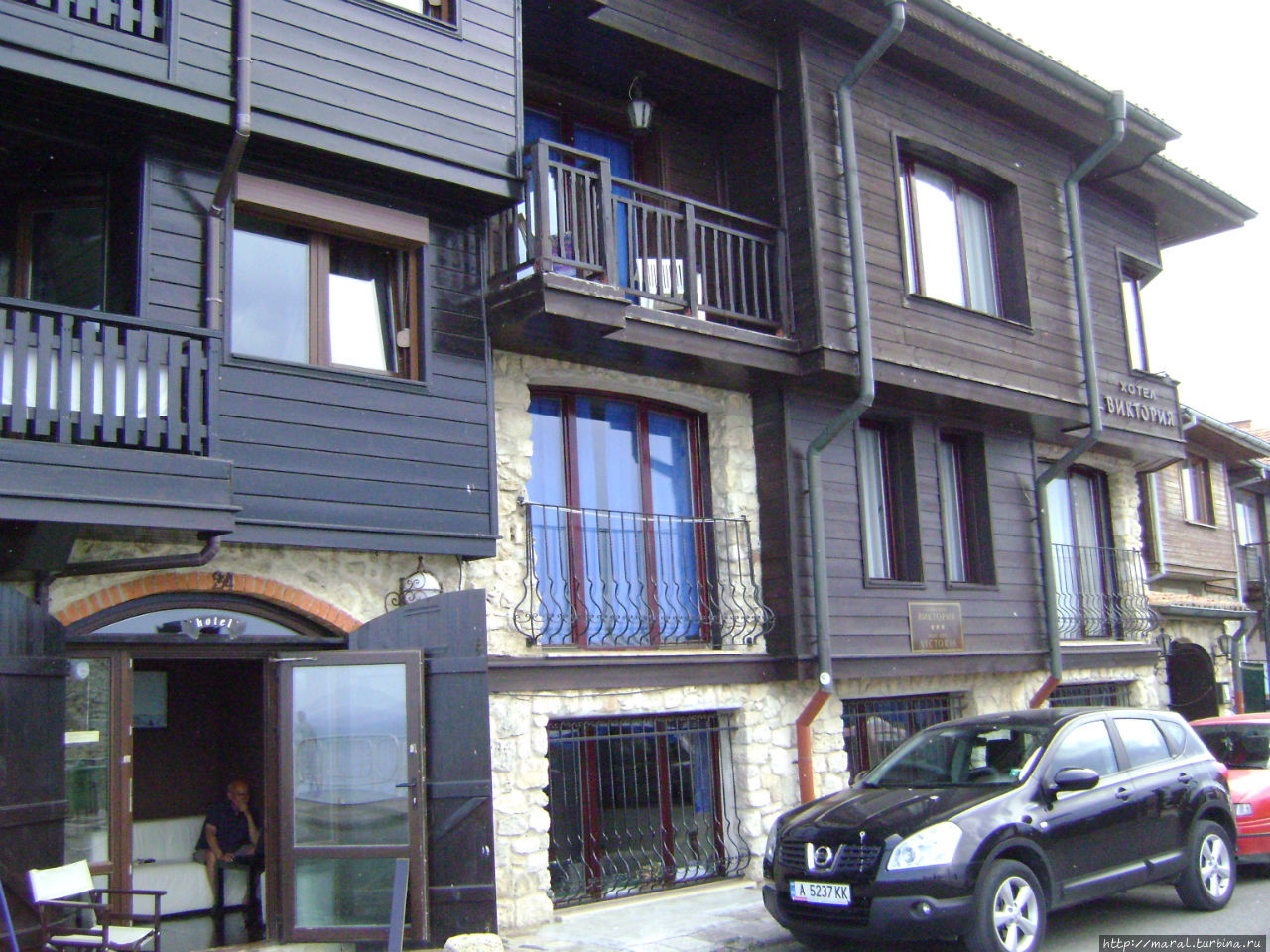 Во многих домах — новоделах располагаются гостиницы