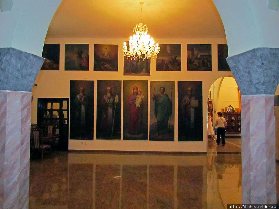 Эти иконы здесь временно. Они сняты с иконостаса  соборного храма Требинье на время реставрации (в тот собор я еще Вас свожу)