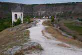 Белое строение – колокольня скального монастыря Пештере. Монахи в нем не живут и сейчас в него пускают туристов.