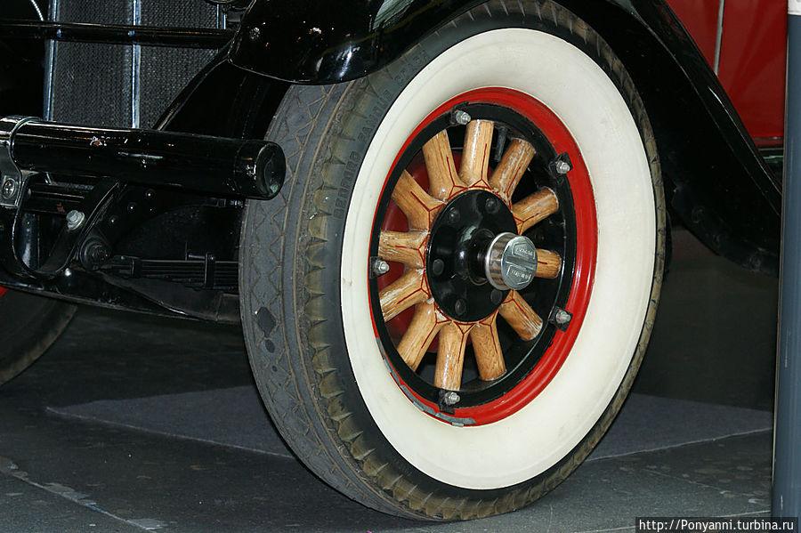 Деревяаная ступица колеса в Паккарде позапрошлого века