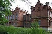 Здание школы, ныне гимназии, редкостной архитектуры, очень красиво смотрится, и т.к. дорога трасса идет транзитом через весь Уржум мимо не проехать, чтобы не заметить.
