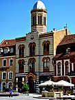 Catedrala Ortodoxa Построенная в византийском стиле , эта церковь (или, скорее, портал) стоит между домами  на Площади Sfatului.Православный собор был построен в 1896 году,  По субботам, женихи и невесты стоят в очереди на улице, чтобы жениться здесь .