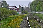 Вдоль набережной проходит железнодорожная ветка.