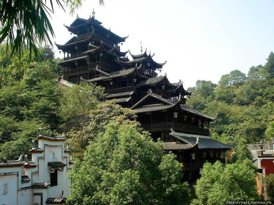 Главное сокровище Сада Нравов — подвесной деревянный терем. 12-ти этажный Цзючунтянь — чудо зодчества туцзя. Построенный без единого гвоздя, он занесен в книгк рекордов Гиннесса. Чжанцзяцзе Национальный Лесной Парк (Парк Аватар), Китай