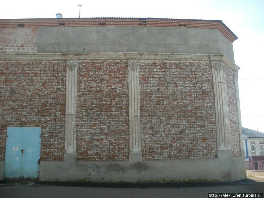За углом этого прекрасного здания бывший кинотеатр