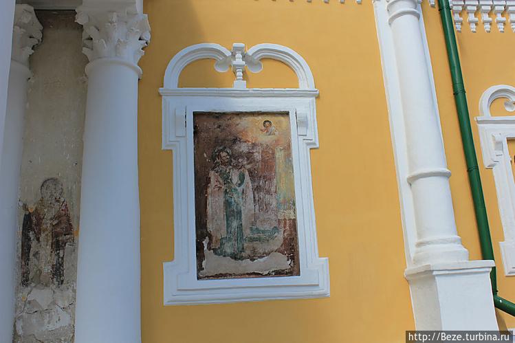 На южной стене собора вид