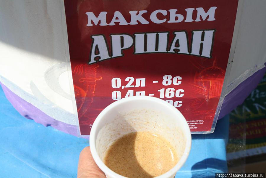 Этот — смесь кумыса с пшеничной мукой. Холодный, кисленький, сытный — то что надо вместо тяжелой еды в жару.