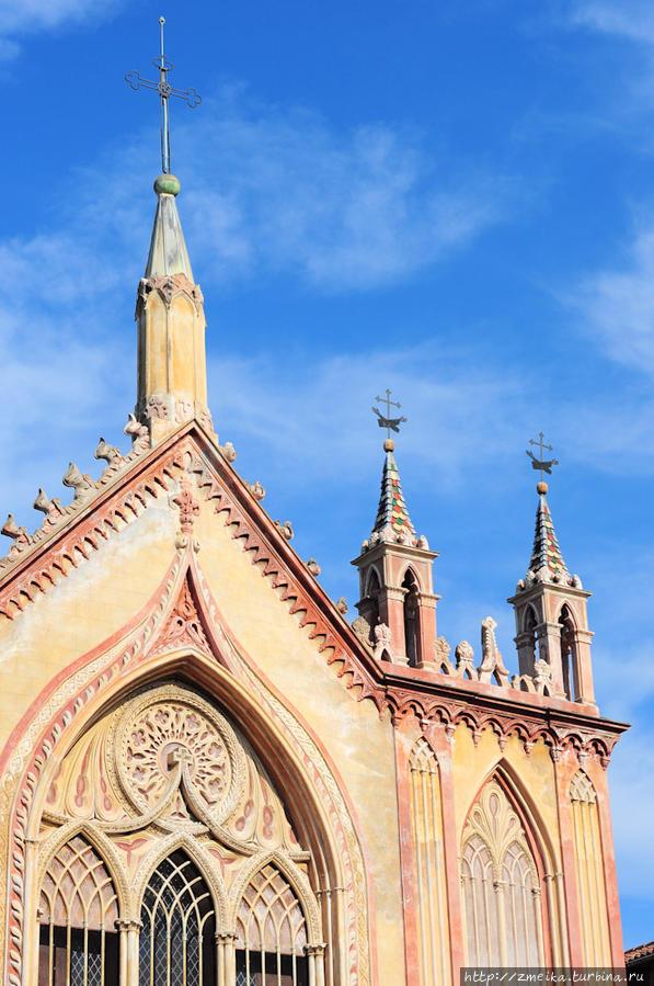 Ворота в парк находятся прямо у церкви Notre-Dame de l'Assomption, ее можно узнать издалека по шпилям и ориентироваться по ним.