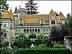 На территории замка хранится 500 разнообразных произведений, созданных как самим Ене Бори, так и его женой и даже дочерью, но большинство из них – это изображения Илоны, которые украшают каждую комнату, и каждый дворик замка.
