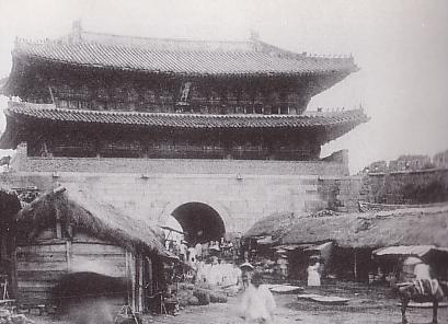Ворота Намдэмун в конце 19-го века. Википедия. Обратите внимание, какой срач вокруг