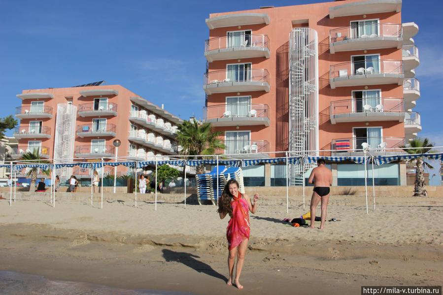 Пляж и отель на заднем плане