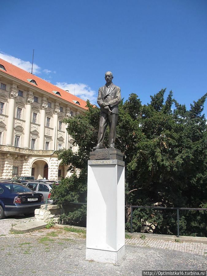 Перед зданием дворца 7 марта 2000 года был установлен памятник первому президенту Чехословацкой республики (с 1918 по 1935 год) Томашу Гарику Масарику.
