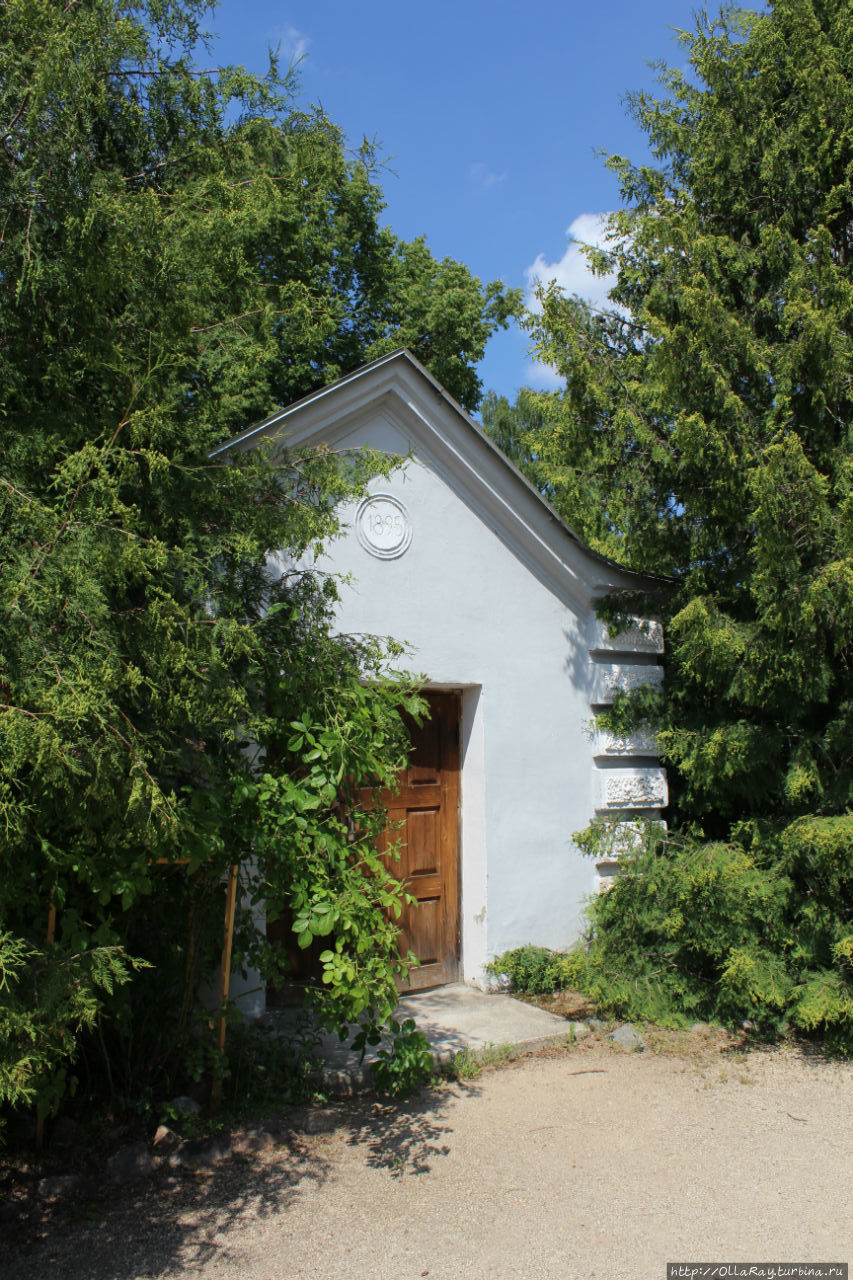Вот она —  та самая единственная оригинальная постройка — кладовая, погреб. Внутрь, говорят, можно попасть, но нам не удалось.