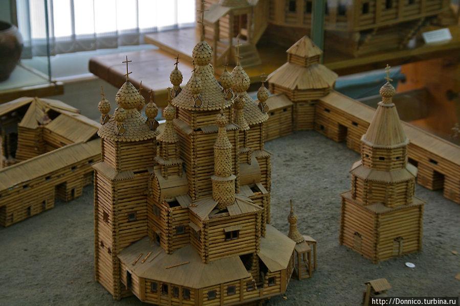 Изначальный Кольский деревянный острог был очень красивым. Воскресенский собор (на фото), построенный в 1681-84 годах, был подлинным шедевром деревянного зодчества. По легенде его неизвестный зодчий после строительства забросил в воду топор так как ничего лучшего построить не мог. Впрочем по некоторым мнениям этот же зодчий построил Преображенский собор в Кижах.   К сожалению ничего из этого не дошло до наших дней — острог был полностью разрушен во время Крымской войны в 1854 году английским фрегатом Миранда