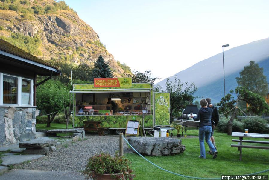 Фургончик, где предлагают завтрак и ужин из фермерских продуктов