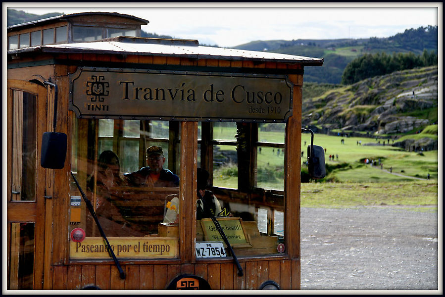 Трамвай на фона одной из главных достопримечательностей Куско комплекса Саксайуаман.
