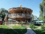 Мое бесцельное  блуждание по городу  привело меня в замечательный детский парк. Чего там только не было!