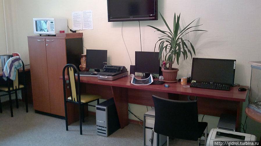 Есть компьютерный зал с принтером и интернетом.