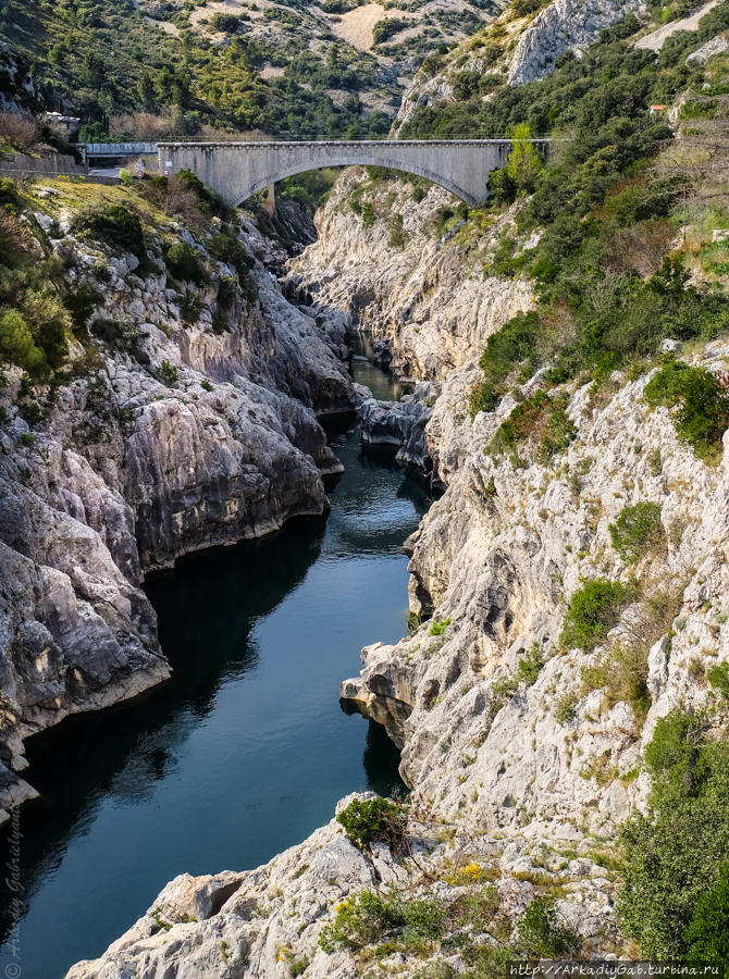 Это вовсе не дьявольский, а вполне человеческий мост в 50 метрах от главного виновника заметки