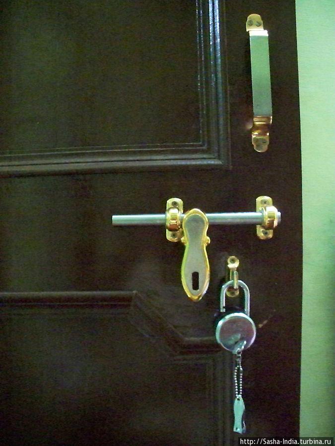 Замки на дверях навесные. Путешествовать со своим замком по Индии очень полезно!