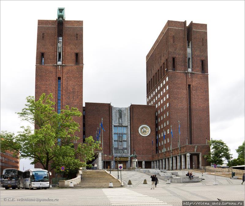 16. Обойдя ратушу по периметру, оказываемся перед её северным фасадом. Если южный фасад смотрит на Осло-фьорд, то северный смотрит на город. Он выглядит совсем не так, как южный. Здесь довлеют башни, их высота, кстати говоря, 63 и 66 метров. Все туристы входят в ратушу с этой стороны. Впрочем, и не туристы, наверно, тоже, потому что здесь главный вход. Мы не будем спешить и прежде чем войдём внутрь, рассмотрим то, что находится снаружи. Тут есть много интересного.