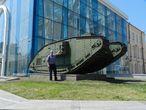 (Танк возле исторического музея в Харькове.)
