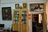 Внутренние помещения выглядят повеселее: над дверью портрет Н.А.Каменьщикова