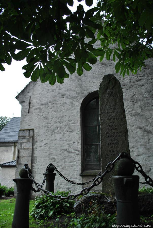 Памятник морякам норвежской береговой охраны, погибшим в мае 1808 года при защите Алвоена