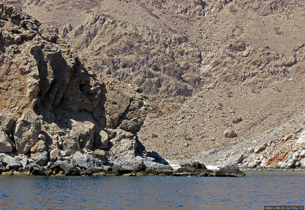 Оманские фьерды... Скалистое побережье Мусандама Загхи, Оман