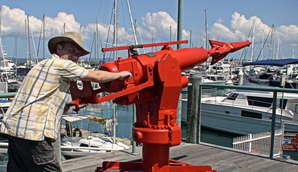 Пушка-гарпун для китобойного судна на причале Харви Бей