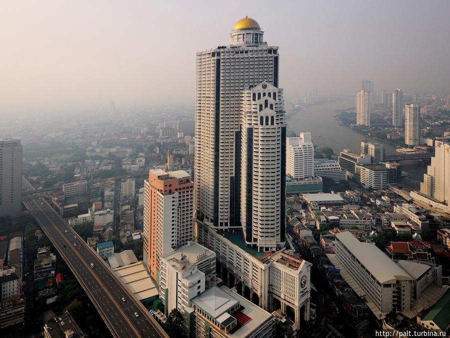 Lebua at State Tower Hotel в Бангкоке (фото из интернета)  Вон там, в бассейне-лагуне на 10 этаже, я буду блаженствовать. Вон там, на 52 этаже (круглое окошко), я буду завтракать. Вон там, на 57 этаже я буду жить три банкогских дня. А вон там, на самом верху на 64 этаже, снимали